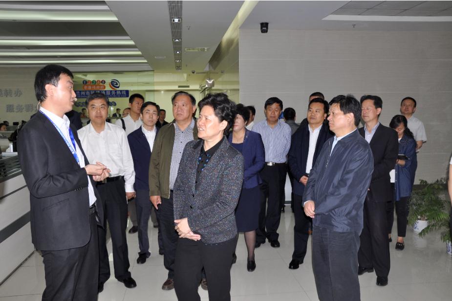 舒晓琴视察三维数字社会服务管理系统